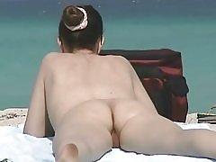 Chlupatý milfs na nudistické pláži