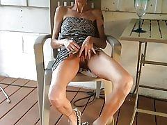 Hubená žena ukazuje její kundička po sklence vína